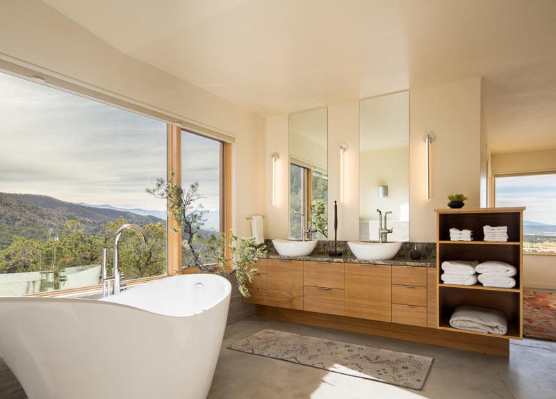 Baignoire design baie vitree bois et beton