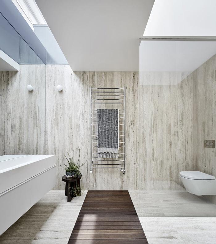 Lumiere et couleurs neutres pour cette salle de bain