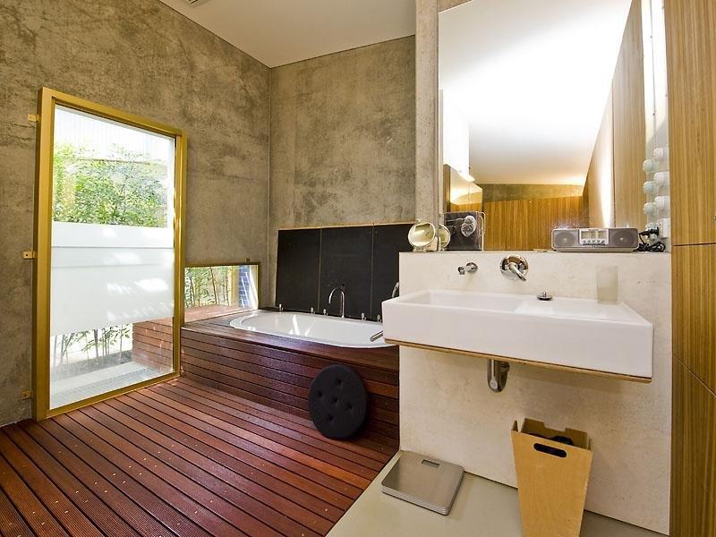 Salle de bain design bois et béton